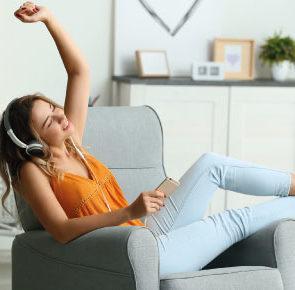 Frau hört Radioplayer