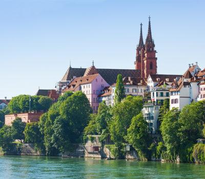 Zu sehen: Das Basler Münster an einem sonnigen Tag