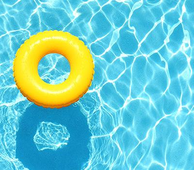 Pool, gelber Schwimmring der Schatten wirft
